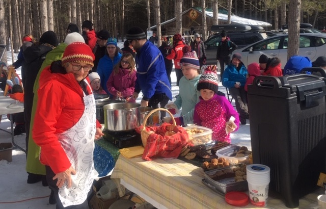 Crowd enjoying the Soup for Julian cross-country skiing fundraiser